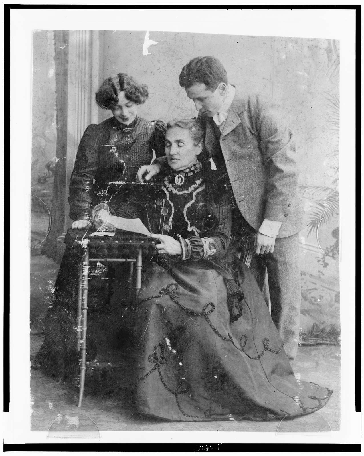 [Harry Houdini, with his wife Beatrice and mother Cecilia Steiner Weiss, full-length portrait]